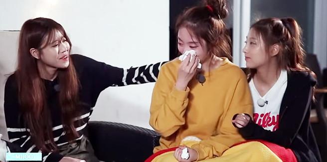 Le Lovelyz insegnano 'Ah-Choo' e Jisoo piange parlando dello scandalo che l'ha coinvolta