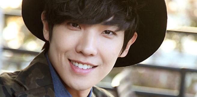 L'attore Lee Joon scende in strada per protestare contro la Presidentessa Park