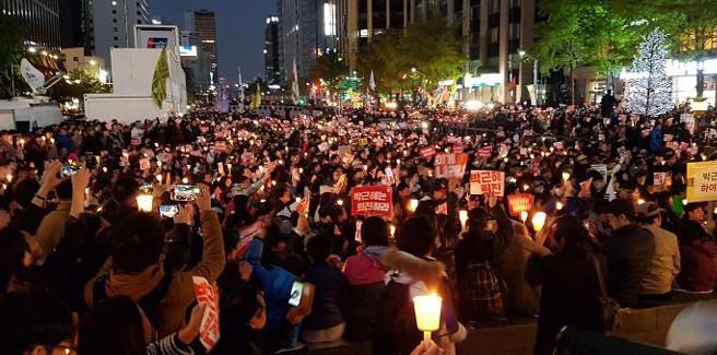 Sempre più aspre e grandi le manifestazioni contro la presidente Park Geun-hye