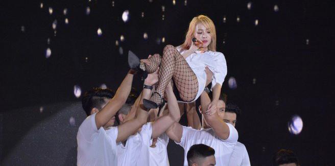 Dara si esibisce per la prima volta da sola nella sexy 'Kiss'