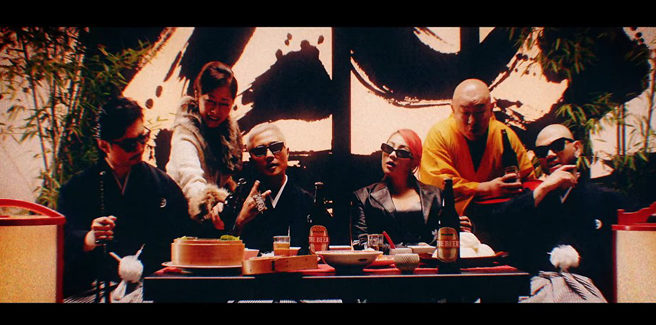 CL con il gruppo giapponese PKCZ in 'Cut It Up'